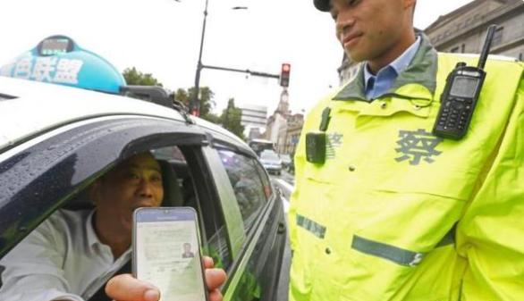 2022年全国推广驾照电子化:支付宝如何领取电子驾驶证成功后再也不怕忘记带驾驶证